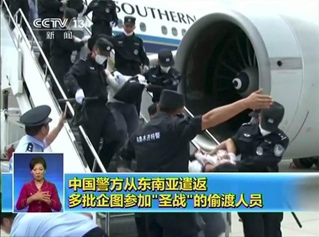 Uygur Türkleri Tayland'dan Çin'e başlarına çuval geçirilerek götürü