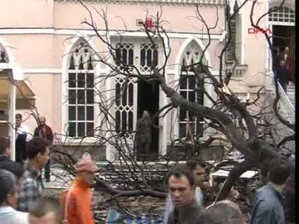 Namaz kılarken üzerlerine ağaç düştü