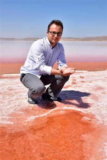 Tuz Gölü'nün rengi kırmızıya döndü