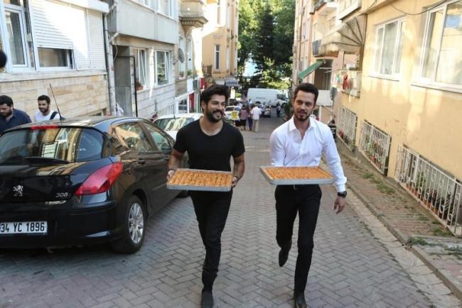 Burak Özçivit ile Murat Boz'dan bayram sürprizi