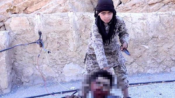 IŞİD çocuğa kafa kestirdi