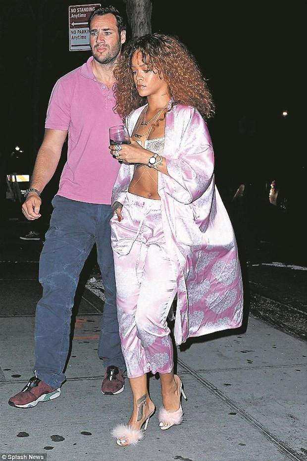 Yataktan sokağa Rihanna!