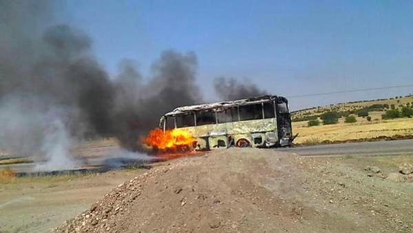 PKK yol kesip 4 aracı ateşe verdi