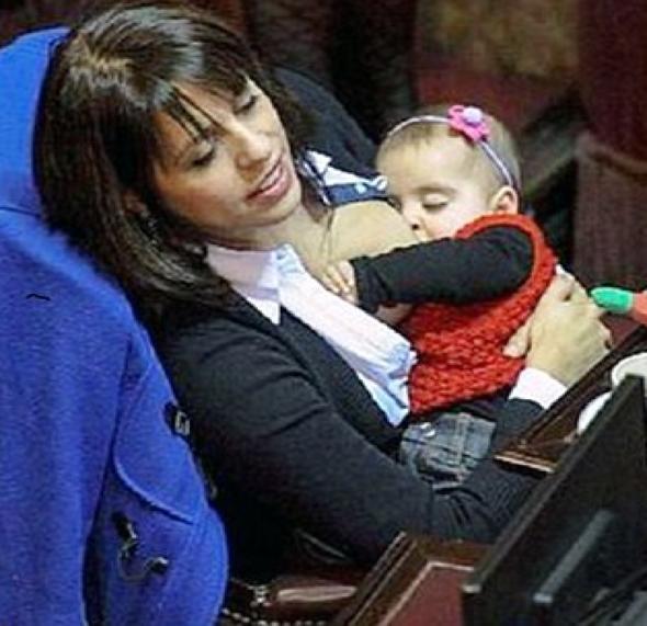 Mecliste bebeğini emziren vekil