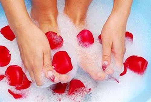 Ayak kokusunu önlemenin 12 pratik yolu
