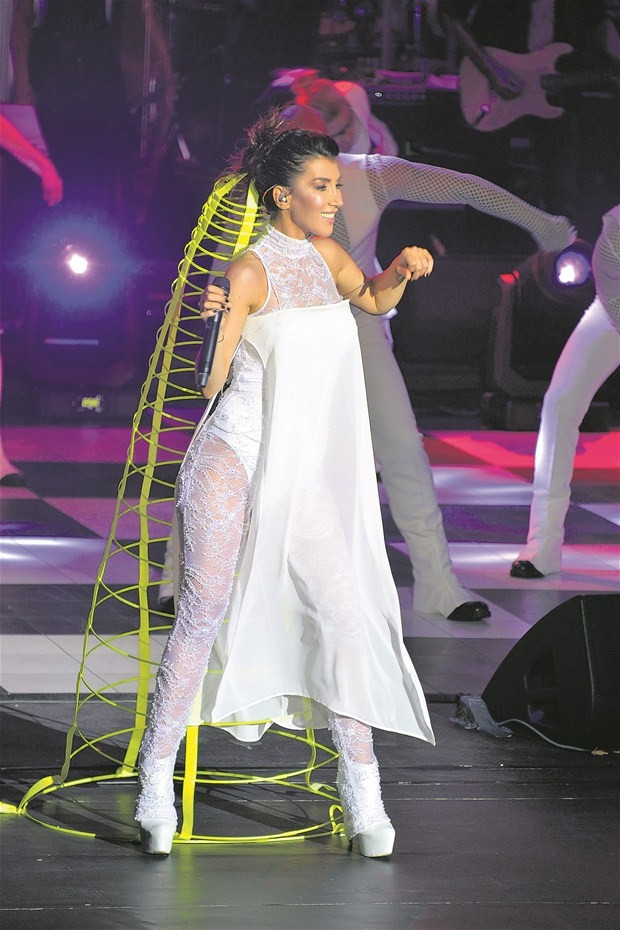 Uçan kraliçe: Hande Yener!