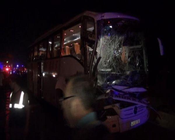 Yolcu otobüsü TIR'a çarptı!... Çok sayıda yaralı var!
