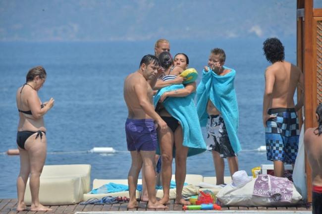 Işın Karaca ailesiyle tatilde