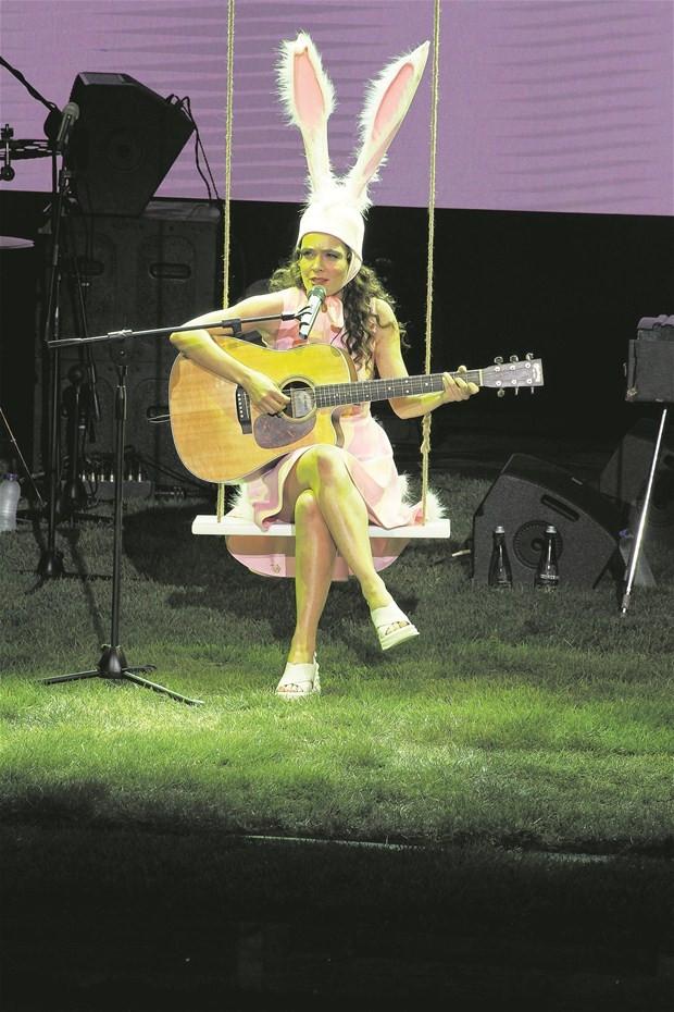 Nil Karaibrahimgil konsere tavşan kostümüyle çıktı