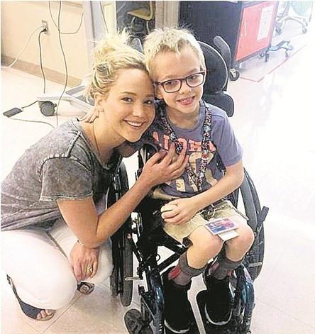 Jennifer Lawrence yardım meleği