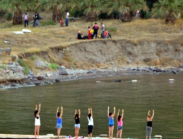 Ölümden dönen kaçaklar yoga yapan kadınları şaşırttı