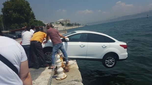 El freni çekilmeyen otomobil denize düşmekten son anda kurtarıldı