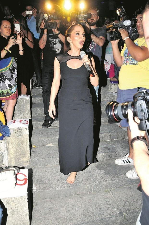 Sertab Erener konsere yalın ayak çıktı