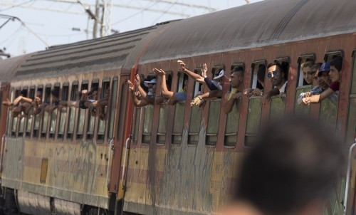 Makedonya'dan Sırbistan'a trenle geçmeye çalışan göçmenler yürek sızlatt
