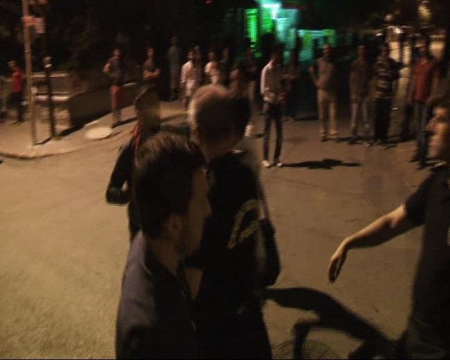 Polise sarılan gence, polis müdürü biber gazı sıktı