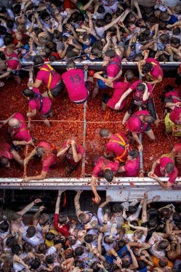 İspanya'da domatesler havada uçuştu