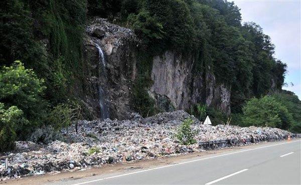 Hopa'da sel suları kaçak çöp dağını ortaya çıkardı