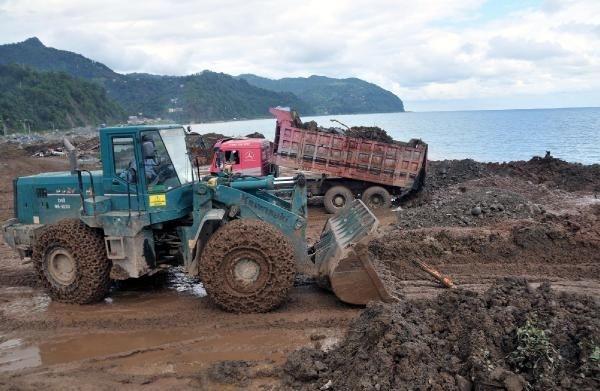 Hopa böyle temizleniyor: Çöp ve atıklar Karadeniz'e dökülüyor