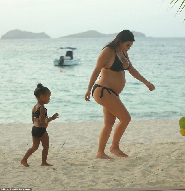 Kim Kardashian bikinili yakalandı
