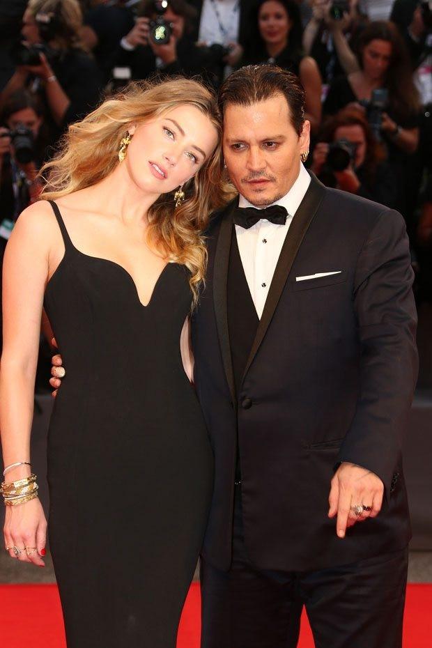 Johnny Depp ve Amber Heard kırmızı halıda el ele göz göze