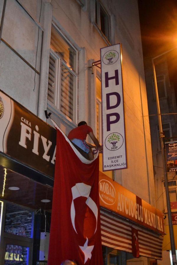Türkiye Şehitleri için gece boyu ayaktaydı