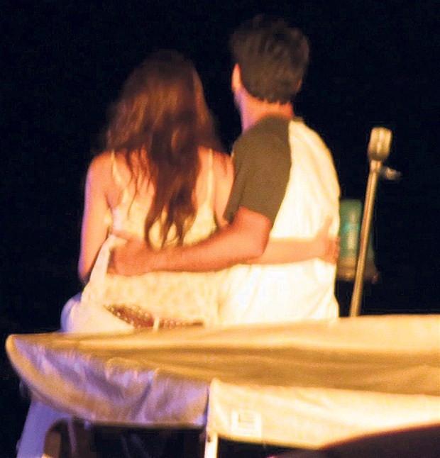 Burak Özçivit ile Neslihan Atagül öpüşme sahnelerinde zorlandı