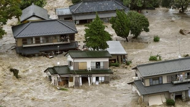 Japonya'yı sel vurdu