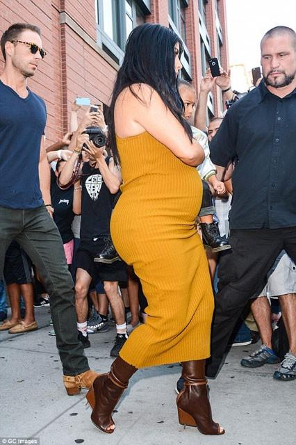 Kim Kardashian'dan yine olaylı elbise