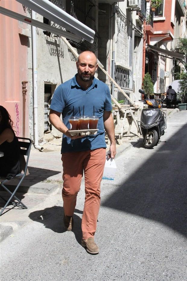 Halit Ergenç kendi elleriyle muhabirlere kahve servisi yaptı