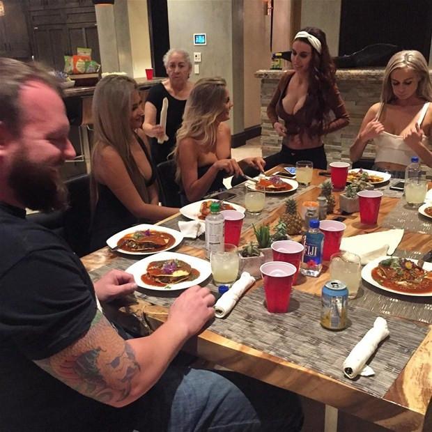 Dan Bilzerian yemeği beğenmedi