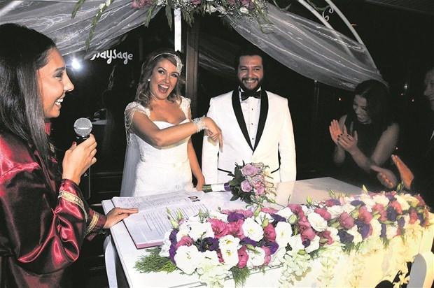"""Zeynep Gülmez sevgilisi Tolga Güleryüz""""le dünya evine girdi"""