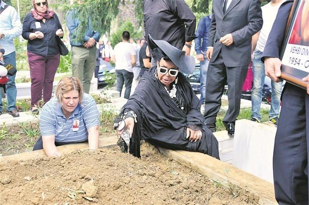 Bülent Ersoy Vehbi Dinçcan'ı son yolculuğuna böyle uğurladı