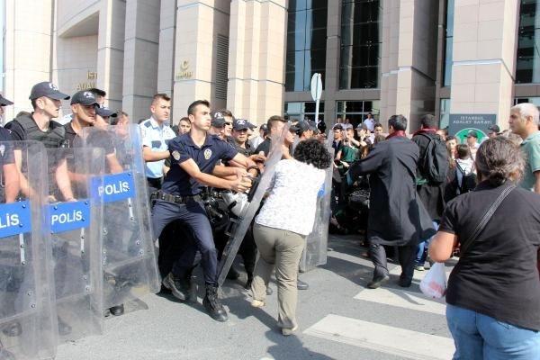 Adliye önünde avukatlara müdahale