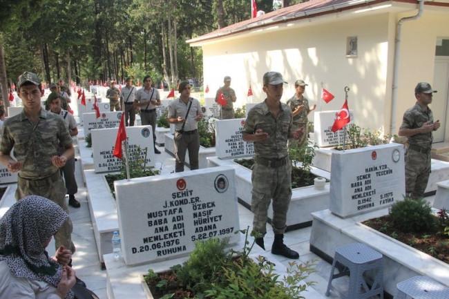Askerler şehit silah arkadaşları için topluca dua etti