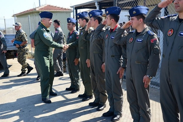 Komutandan, PKK'yı vuran pilotlara bayram ziyareti