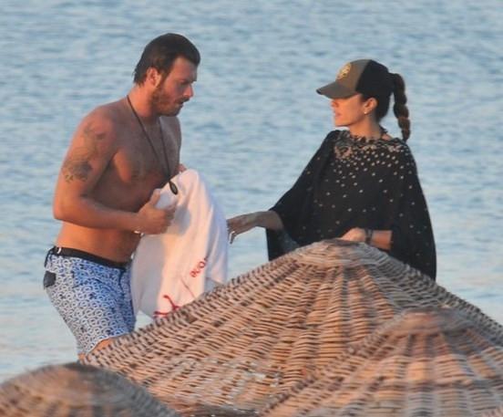 Kıvanç Tatlıtuğ ve Başak Dizer halk plajında