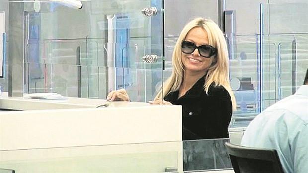 Pamela Anderson İstanbul'da polise takıldı!