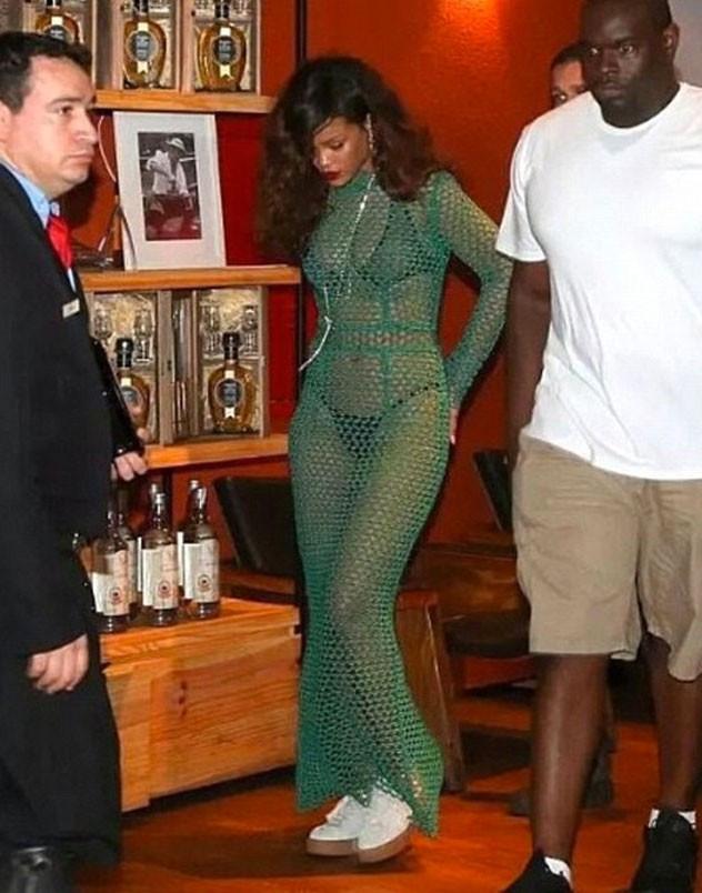 Rihanna yeşil elbisesiyle iç çamaşırlarını sergiledi