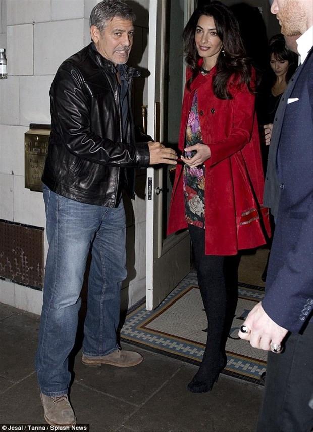 Amal Clooney frikik vermekten kaçamadı