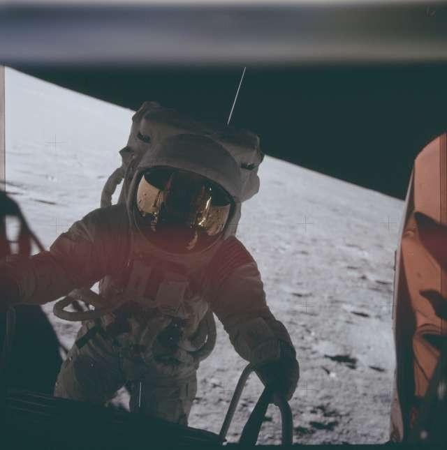 NASA'nın aya inişle ilgili yayınladığı fotoğraflar