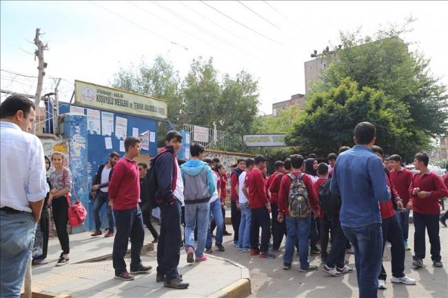 Diyarbakır'da okula el yapımı patlayıcıyla saldırı
