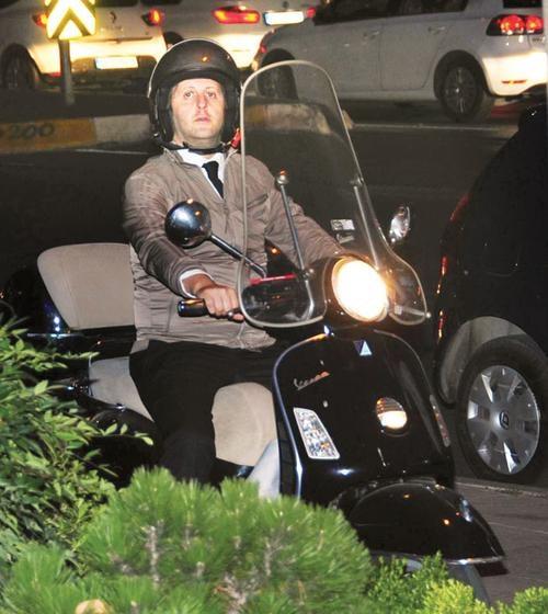 İlker Ayrık kaldırımda motosiklet kullandı