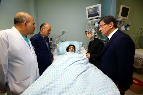 Başbakan Davutoğlu yaralıları hastanede ziyaret etti
