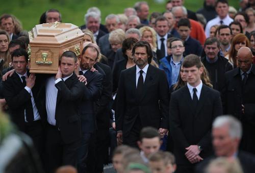 Jim Carrey intihar eden eski sevgilisinin cenazesine katıldı