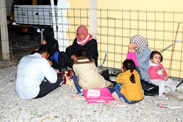 Terk edilmiş kamyondan 200 kaçak göçmen çıktı