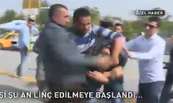 Ankara'da karanfil tekmeleyen adamı tekme tokat dövdüler