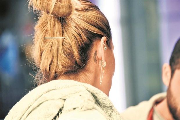 Pınar Altuğ Atacan'ın kulak arkası dövmesi