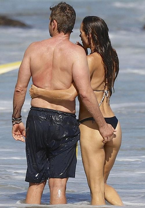 Gerard Butler ve Morgan Brown sahilde aşka geldi
