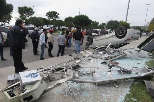 İstanbul'da otomobil otobüs durağına daldı