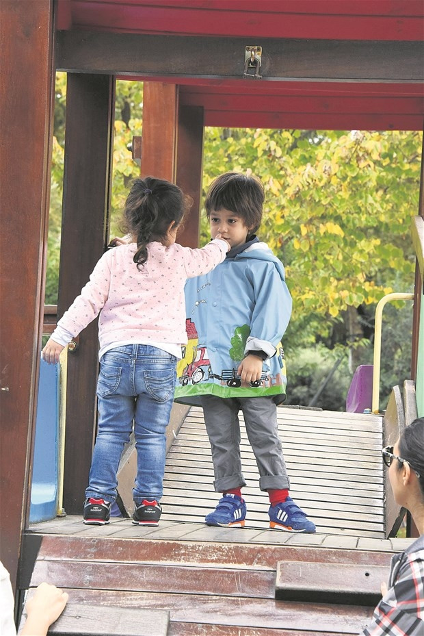 Küçük kız Kemal'i bırakmadı!